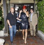 th_33208_RihannaleavingAGOrestaurantinLA19.7.2010_07_122_45lo.jpg