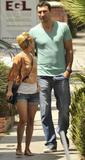 Девушка маленького роста с парнем фото