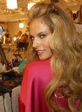 th_96717_fashiongallery_VSShow08_Backstage_AlessandraAmbrosio-26_122_665lo.jpg