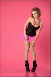http://img157.imagevenue.com/loc90/th_254379373_tduid300163_sandrinya_model_pinkmini_teenmodeling_tv_008_122_90lo.jpg
